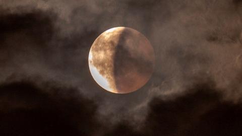มองจันทร์คืนวิสาขบูชา พลังราหู..กบกินเดือน