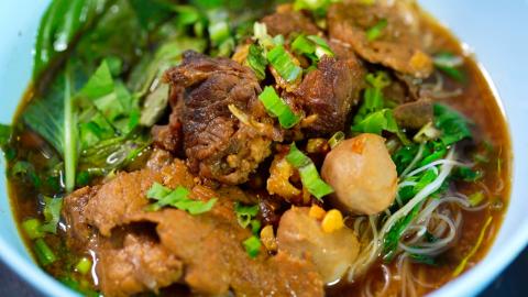 """อิ่มอร่อยกับ """"ก๋วยเตี๋ยวผักหวาน"""" หนึ่งเดียวแห่งเมืองกรุงเก่า"""