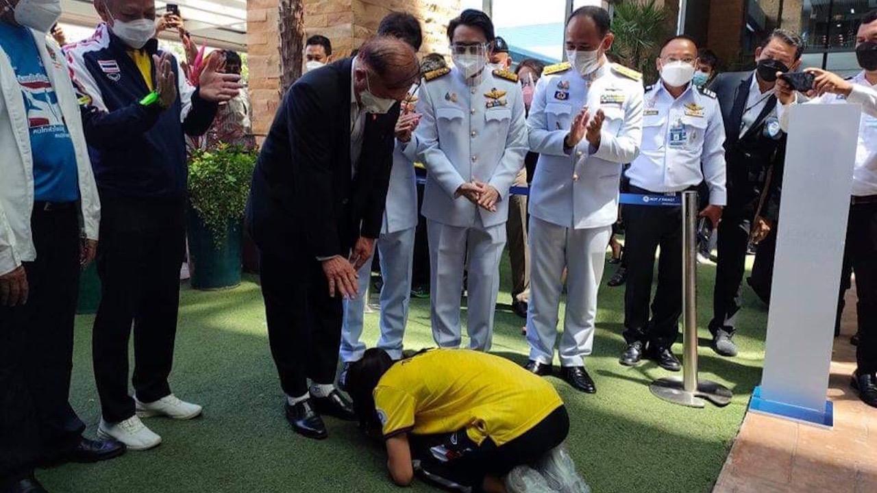 """ภาพประทับใจ """"น้องเทนนิส"""" ก้มกราบเท้าพ่อ หลังสร้างชื่อ ฮีโร่เหรียญทองโอลิมปิก 2020"""