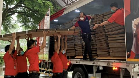 """สร้างกุศลไม่หยุด """"พงศ์สิริ เตชะวิบูลย์"""" มอบเตียงกระดาษอีก 1,000 ชุดให้ รพ.สนาม"""