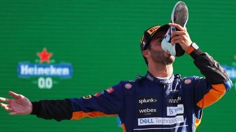 นักแข่งรถสูตรหนึ่งชาวออสซี่ โชว์กระดกแชมเปญสุดห่าม (คลิป)