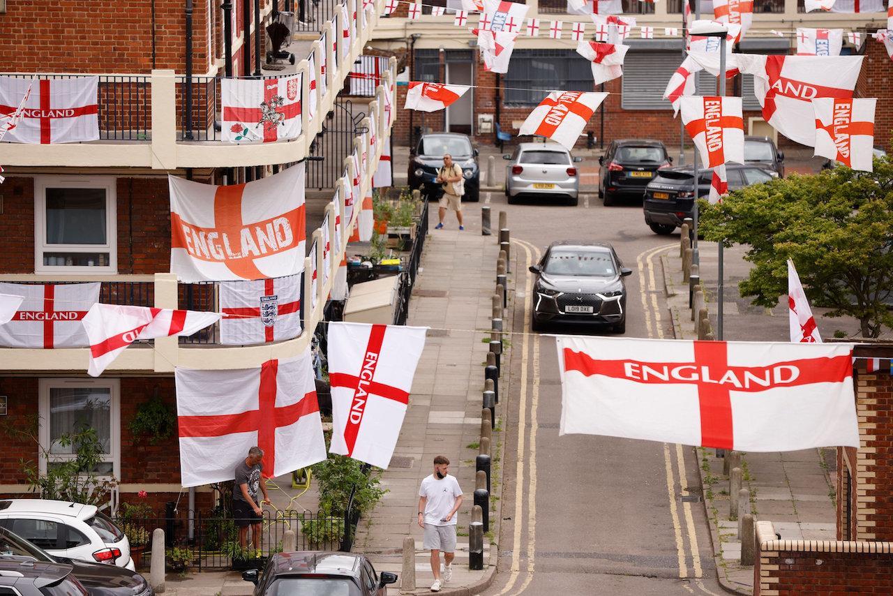 กองเชียร์ทีมชาติอังกฤษ นำธงชาติออกมาประดับโหมโรงก่อนถึงศึกยูโร 2020