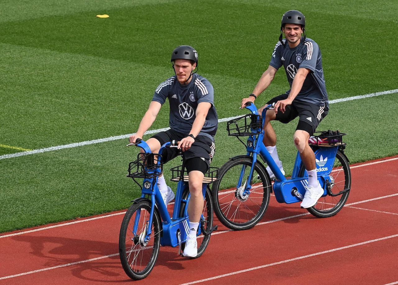 ทีมชาติเยอรมนี ปั่นจักรยานอย่างสบายใจระหว่างการซ้อม