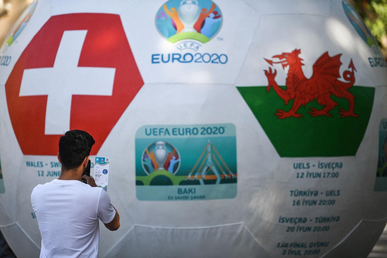 แฟนบอลเริ่มออกมาเก็บเกี่ยวบรรยากาศ ที่บริเวณแฟนโซน ก่อนถึงศึกยูโร 2020
