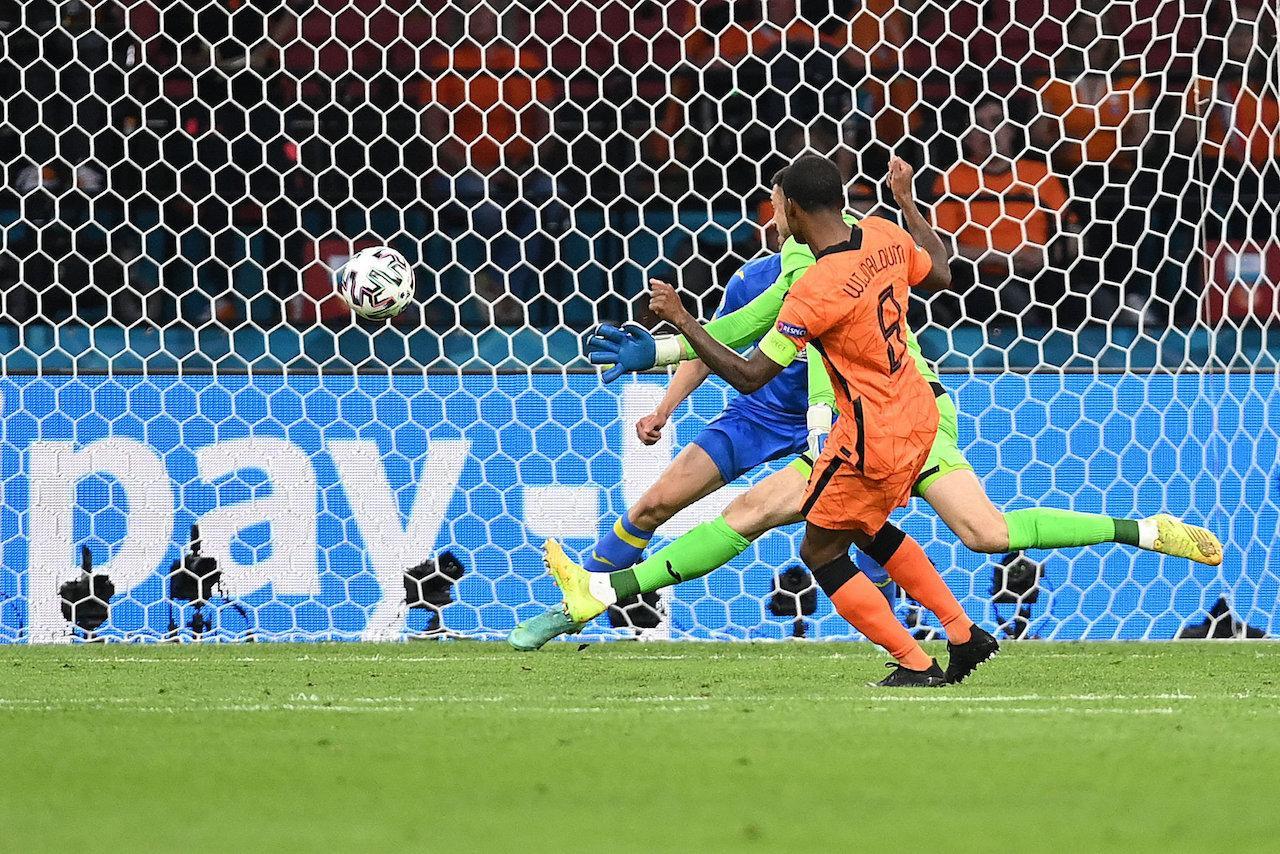 จอร์จินิโอ ไวจ์นัลดุม ยิงให้เนเธอร์แลนด์ ขึ้นนำ 1-0