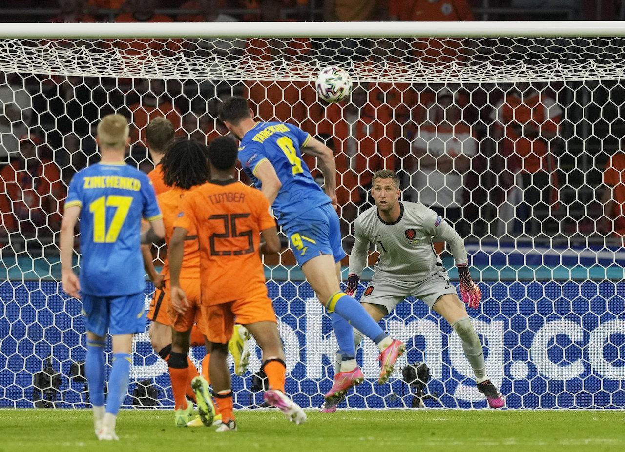 โรมัน ยาเรมชุค โหม่งตุงตาข่ายพา ยูเครน ตีเสมอ 2-2