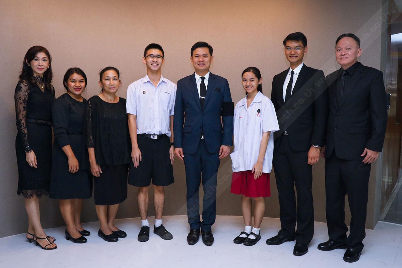 อธิการบดี ร่วมถ่ายภาพกับคณะครู และผู้ปกครองของตัวแทนเด็กไทยทั้ง 2 คน