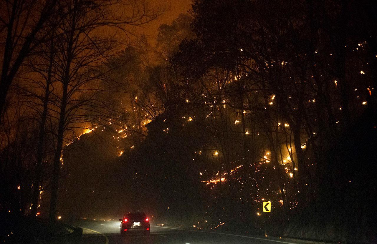 ไฟป่าลุกไหม้ป่าสองฝั่งทางหลวง หมายเบข 441 ระหว่างเมืองแกทลินเบิร์กกับพีเจียน ฟอร์จ รัฐเทนเนสซี เมื่อวันจันทร์ที่ 28พ.ย.