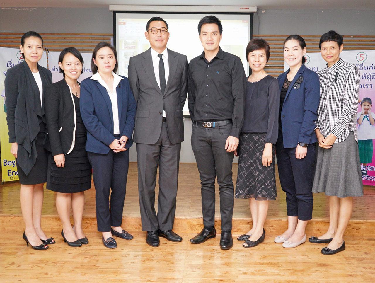 ต้นแบบ ดร.นาฎฤดี จิตรรังสรรค์ และ พันธ์นิวัติ ศรีไกรวิน ให้การต้อนรับคณะ กก.โรงเรียนประชารัฐ ของกลุ่มธุรกิจทรู ในโครงการปฏิรูปการศึกษาไทย ในโอกาสมาเยี่ยมชมโรงเรียนผู้นำต้นแบบ โดยมี ณัฐธีร์ โกศลพิศิษฐ์ และ วัฒนี ศรีไกรวิน มาร่วมงานด้วย ที่โรงเรียนสาธิตบางนา วันก่อน.