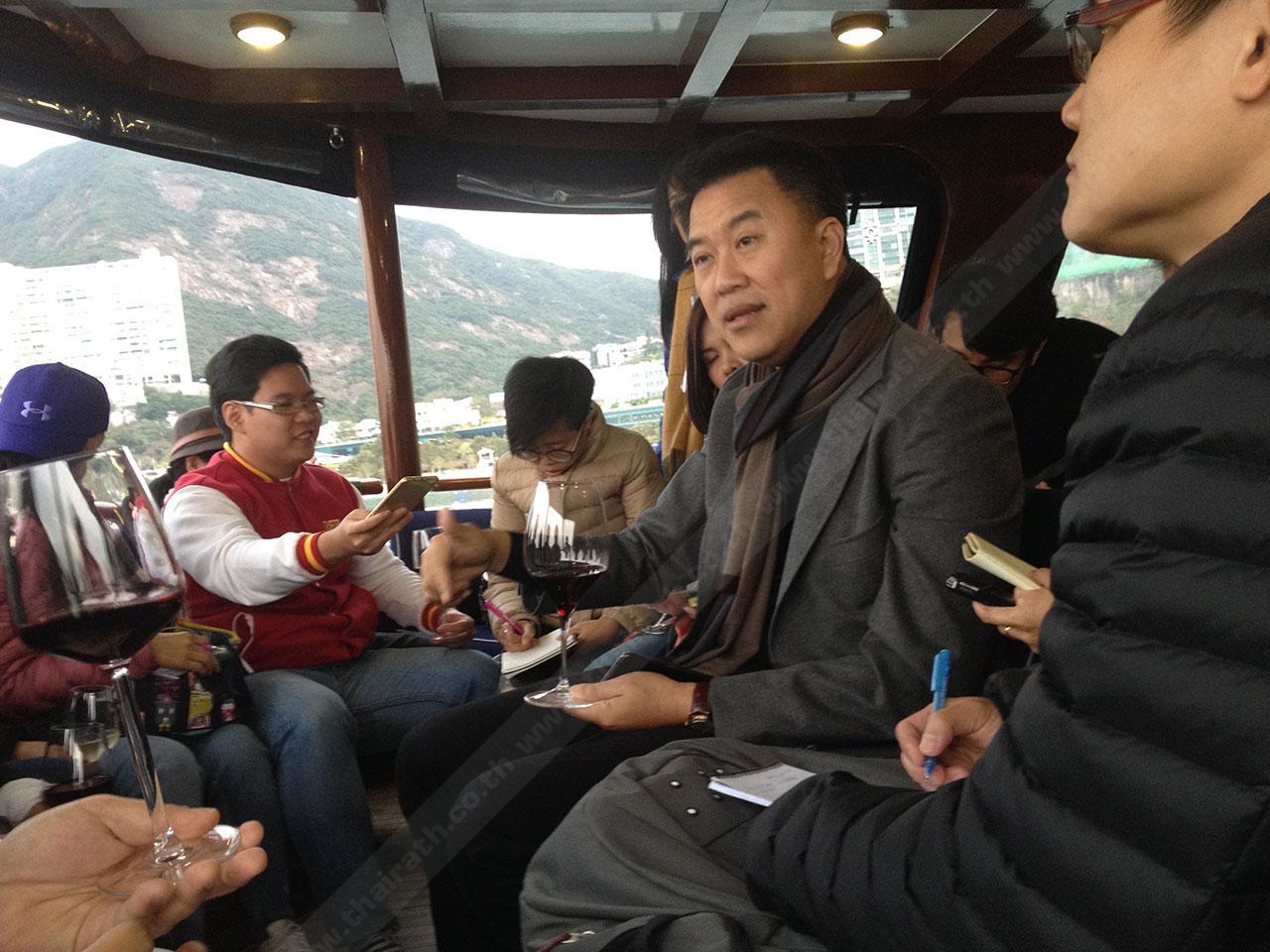 ระหว่างการให้สัมภาษณ์กลุ่มผู้สื่อข่าวในการโชว์วิสัยทัศน์