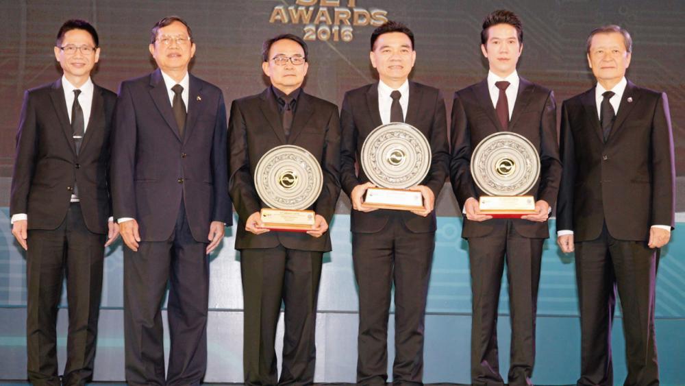 """ภูมิใจ ดร.ชัยวัฒน์ วิบูลย์สวัสดิ์ มอบรางวัล Best CEO Awards ให้แก่ พิทักษ์ รัชกิจประการ และ สรรพัชญ์ รัตคาม พร้อมรางวัล Young Rising Star CEO Award ให้แก่ พิธาน องค์โฆษิต ในงาน """"SET Awards 2016"""" โดยมี สันติ วิริยะรังสฤษฎ์ มาร่วมงานด้วย ที่ตลาดหลักทรัพย์ วันก่อน."""