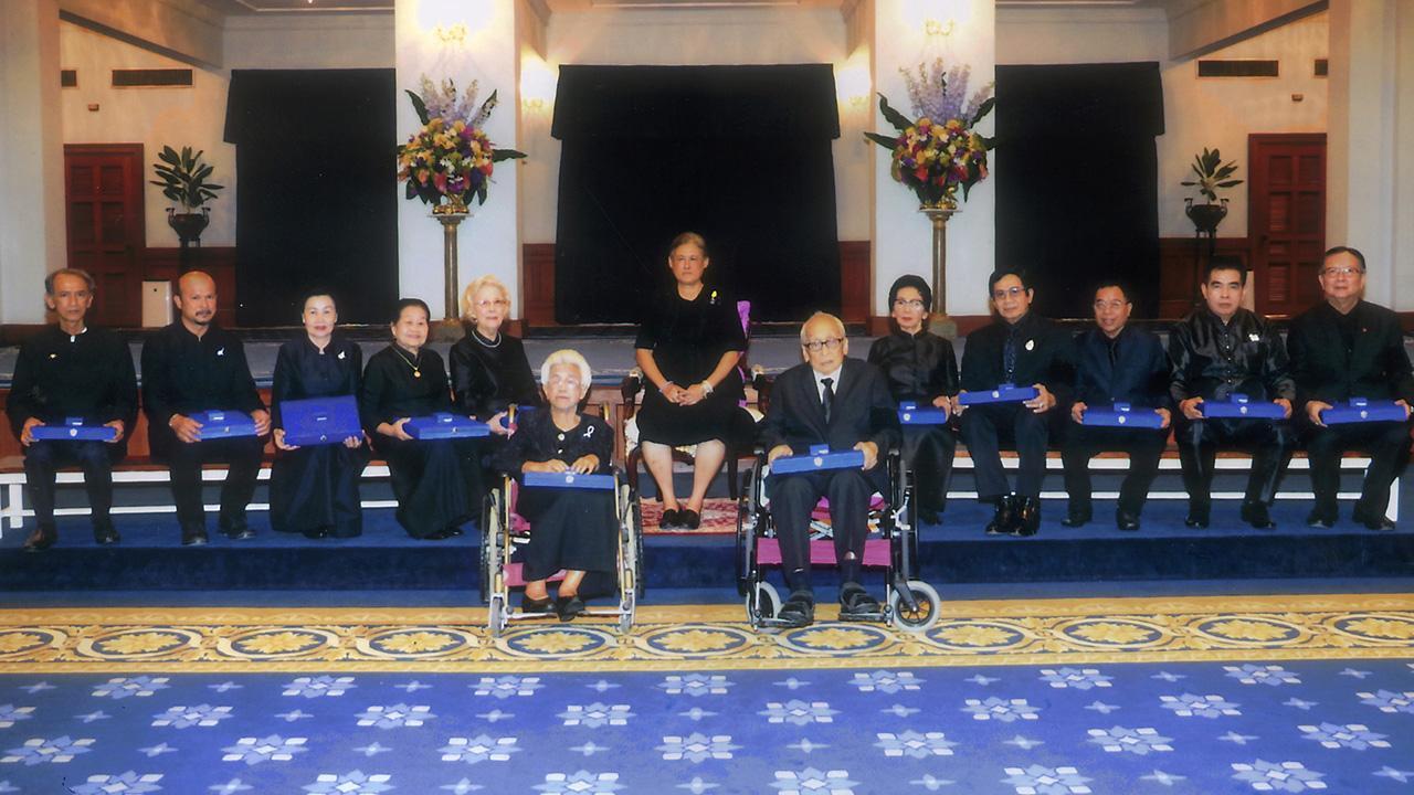 สมเด็จพระเทพรัตนราชสุดาฯ สยามบรมราชกุมารี เสด็จลงแทนพระองค์ ณ ศาลาดุสิดาลัย สวนจิตรลดา พระราชทานพระราชวโรกาสให้ พลเอกธนะศักดิ์ ปฏิมาประกร รองนายกรัฐมนตรี นำ ศิลปินแห่งชาติประจำปีพุทธศักราช 2559เฝ้าฯรับพระราชทานโล่และเข็มเชิดชูเกียรติ เมื่อวันก่อน.