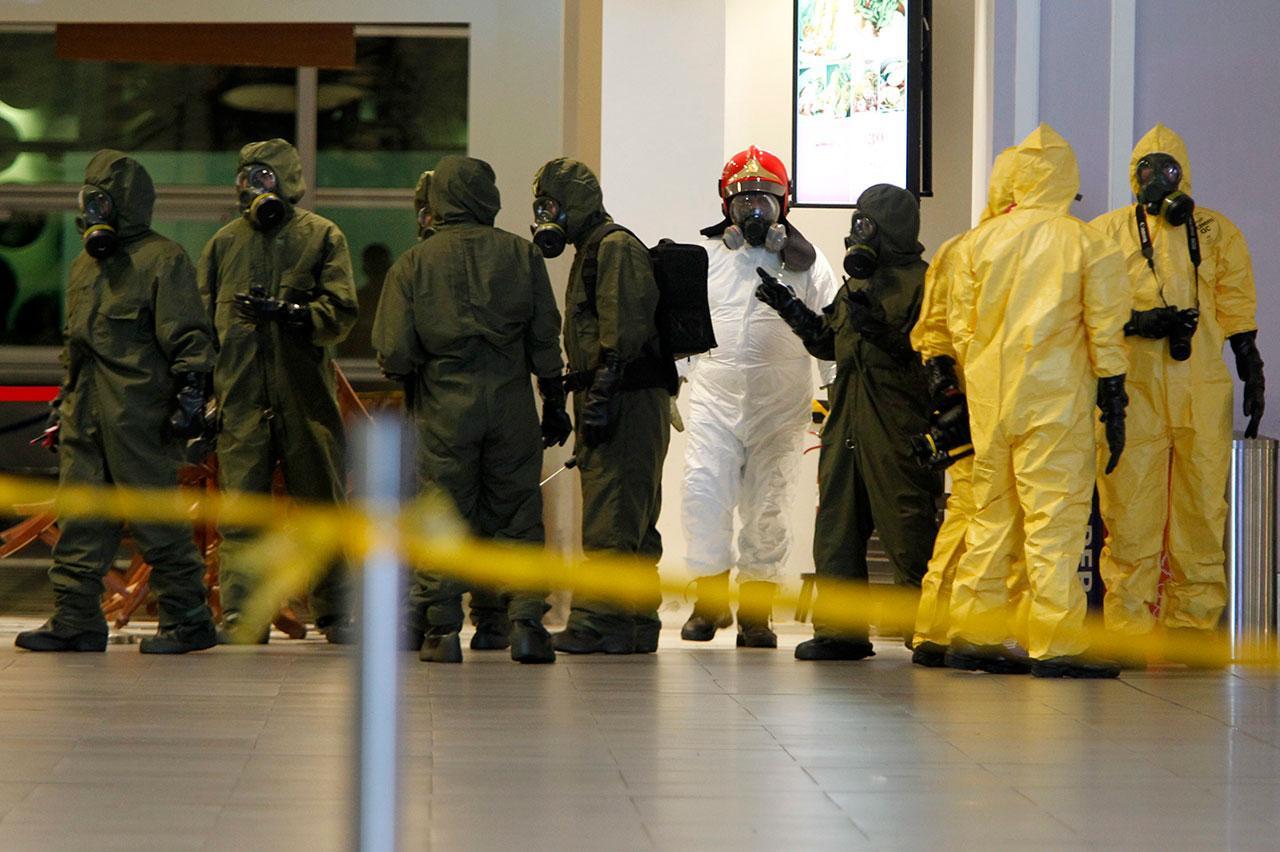 เจ้าหน้าที่หน่วยงานด้านเคมีของมาเลเซียตรวจสอบสารพิษวีเอ็กซ์ ที่สนามบินกัวลาลัมเปอร์ เมื่อ26ก.พ.
