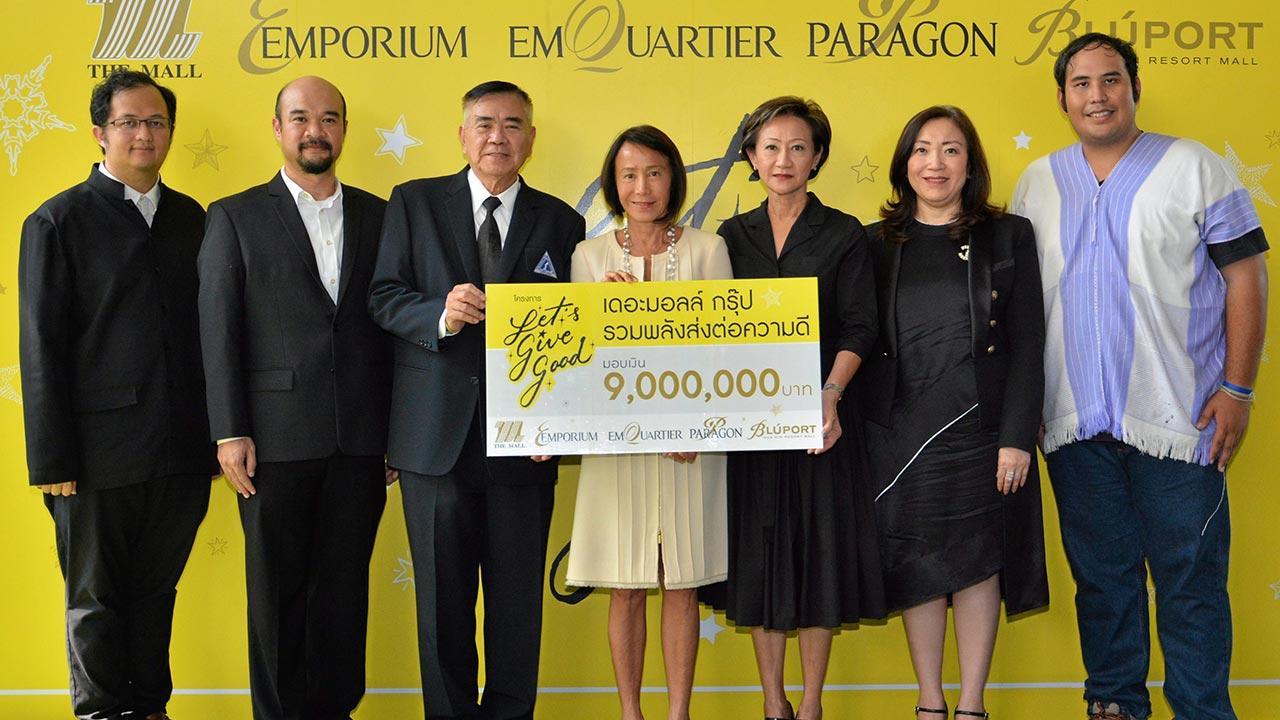 """ดีมาก  -  ศุภลักษณ์ อัมพุช และ กฤษณา อัมพุช มอบเงินจำนวน 9,000,000 บาท จากการจัดกิจกรรม """"Let's Give Good"""" ของเดอะมอลล์ กรุ๊ป ให้ 4 องค์กรการกุศล โดยมี เกรียงฤทธิ์ สุขเจริญสิน, สุนิตย์ เชรษฐา และ ณัฐดนัย ตระการศุภกร มารับมอบด้วย ที่ดิ เอ็มควอเทียร์ วันก่อน."""