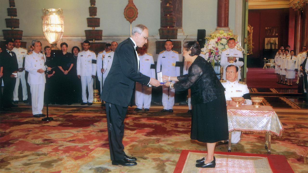 สมเด็จพระเทพรัตนราชสุดาฯ สยามบรมราชกุมารี เสด็จพระราชดำเนินแทนพระองค์ไปในงาน พระราชทานรางวัลสมเด็จเจ้าฟ้ามหิดล ประจำปี 2559 ณ พระที่นั่งจักรีมหาปราสาท ในพระบรมมหาราชวัง เมื่อวันที่ 31 มกราคม.