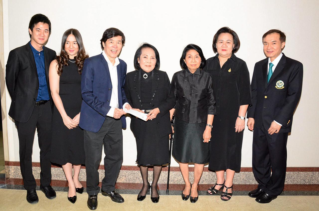 เพื่อการศึกษา นพ.มนัส ฉายาวิจิตรศิลป์ บอสใหญ่เมโกะคลินิค พร้อมลูกชาย พามงคล มามอบเงิน 200,000 บาท ให้แก่ คุณหญิงประณีตศิลป์ วัชรพล เพื่อสมทบทุนมูลนิธิไทยรัฐ โดยมี รศ.ฉวีวรรณ พัฒนจักร และ เพ็ชรากรณ์ วัชรพล มาร่วมในพิธีด้วย ที่ สนง.นสพ.ไทยรัฐ วันก่อน.