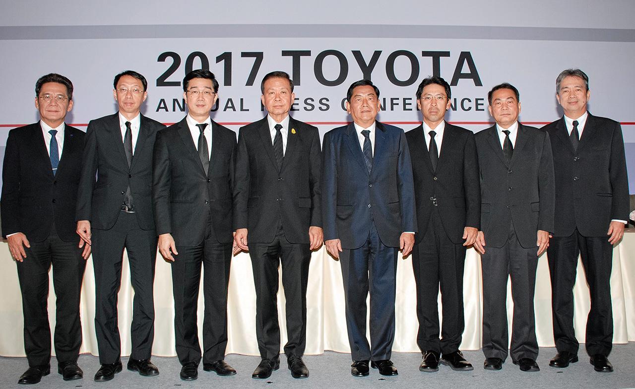สู้สู้ เคียวอิจิ ทานาดะ แถลงข่าว สถิติการจำหน่ายรถยนต์โตโยต้า ปี 2559 พร้อมคาดการณ์ตลาดรถยนต์ไทย ปี 2560 โดยมี นินนาท ไชยธีรภิญโญ, วุฒิกร สุริยะฉันทนานนท์, อภินนท์สุชีวบริพนธ์ และ ฉัตรชัย ทวีสกุลวัชระ มาร่วมแถลงด้วย ที่โรงแรมดิโอกุระ เพรสทีจ วันก่อน.