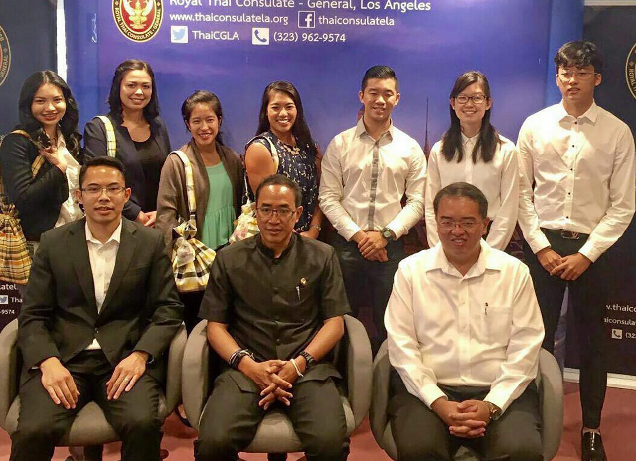 ลูกครึ่งไทย ธานี แสงรัตน์ กสญ.ณ นครลอสแอนเจลิส สหรัฐฯ จัดปฐมนิเทศลูกครึ่งไทย 5 คน ที่ได้รับคัดเลือกเข้าร่วมโครงการเพื่อนมิตรไทยอเมริกัน หรือ (TAFP) ไปปฏิบัติงานอาสาสอนภาษาอังกฤษที่มหาวิทยาลัยในไทย.