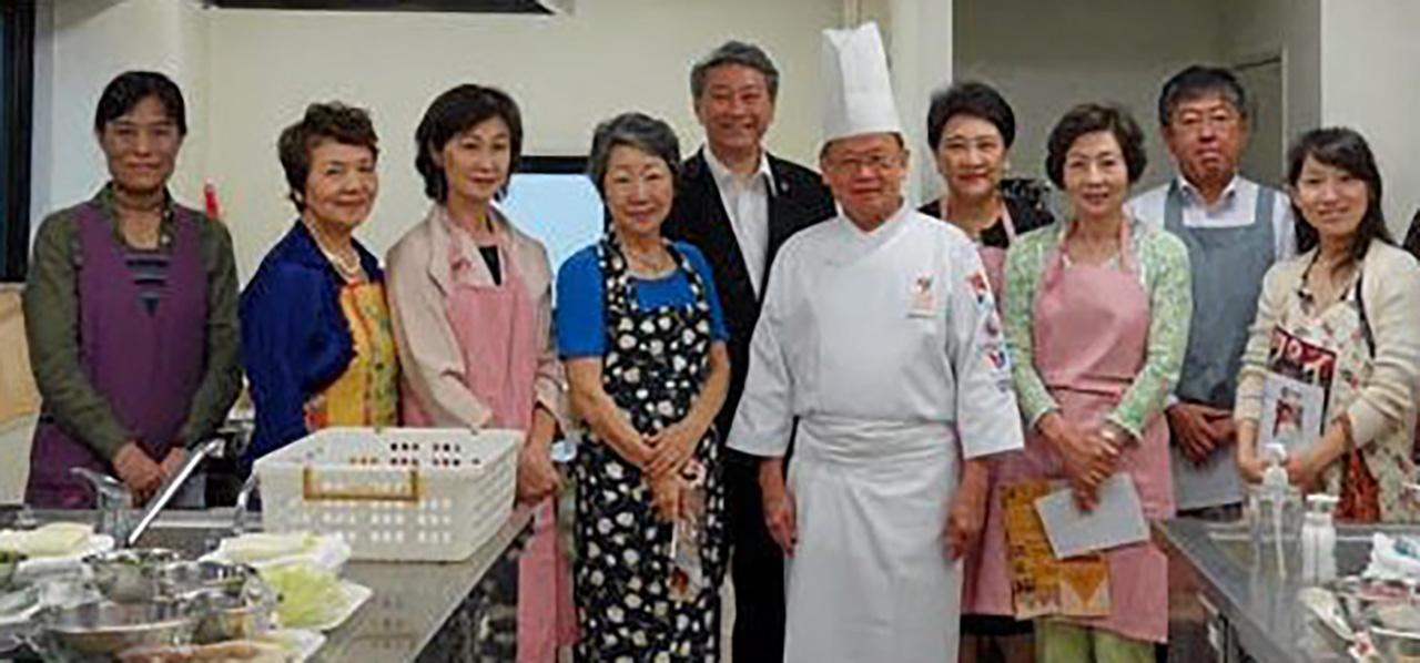 บูมอาหารไทย บรรสาน บุนนาค ออท.ณ กรุงโตเกียว ประเทศญี่ปุ่น และ ยุพดี บุนนาค ภริยา ร่วมเปิดโครงการสาธิตการประกอบอาหารไทย (Thai Cooking Class) โปรโมตอาหารไทยฉลอง 130 ปีไทย-ญี่ปุ่น ที่สถานทูต.