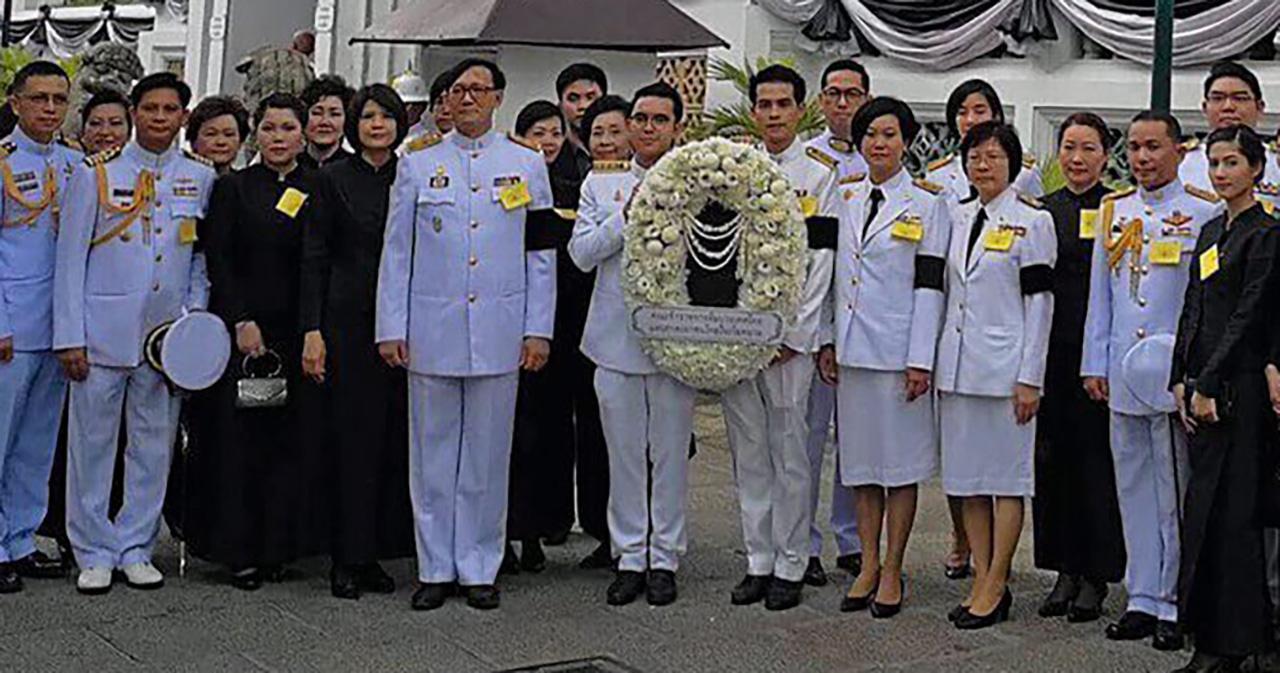 ถวายสักการะ มานพชัย วงศ์ภักดี ออท. ณ กรุงฮานอย เวียดนาม นำทีมประเทศไทยและชุมชนชาวไทยในเวียดนาม มาร่วมเป็นเจ้าภาพบำเพ็ญกุศลถวายพระบรมศพ รัชกาลที่ 9 ณ พระที่นั่งดุสิตมหาปราสาท.