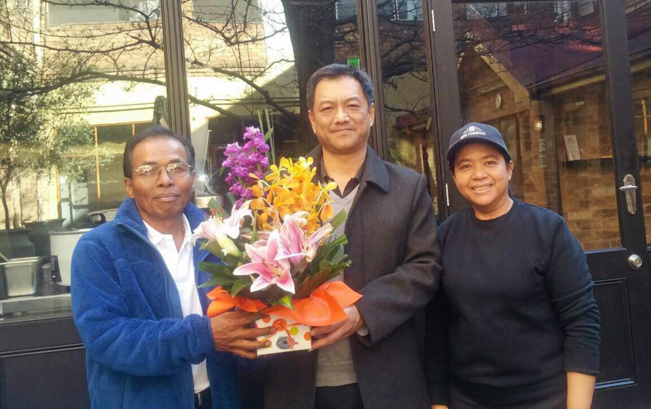 """ขยายสาขา ณัฐพล ขันธหิรัญ กสญ. ณ นครซิดนีย์ ออสเตรเลีย ไปร่วม แสดงความยินดีกับ ธนวรรณ นาคเงินทอง ในโอกาสเปิด ร้านอาหาร """"ก้องไทย"""" สาขาใหม่ ที่ออเรนจ์ โดยมี ก้อง–บุญพอ นาคเงินทอง ร่วมต้อนรับ."""
