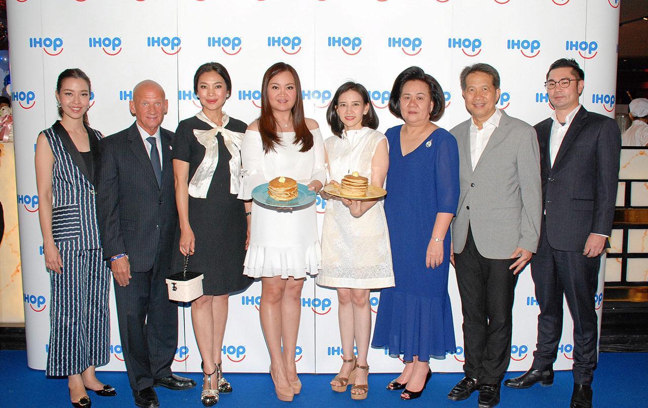 """ลืมกลืน ดร.อุษณีย์ มหากิจศิริ ลีโอณีโอ เปิดร้าน """"ไอฮอป"""" สุดยอดแพนเค้กอร่อยระดับโลกชื่อดังจากอเมริกา สาขาแรกในไทย โดยมี จิมมี่ คาวาลานิส, สุพรทิพย์ ช่วงรังษี, ปภัชญา สิริวัฒนภักดี, สุพันธุ์ มงคลสุธี และ เพ็ชรากรณ์ วัชรพล มาร่วมงานด้วย ที่สยามพารากอน วันก่อน."""
