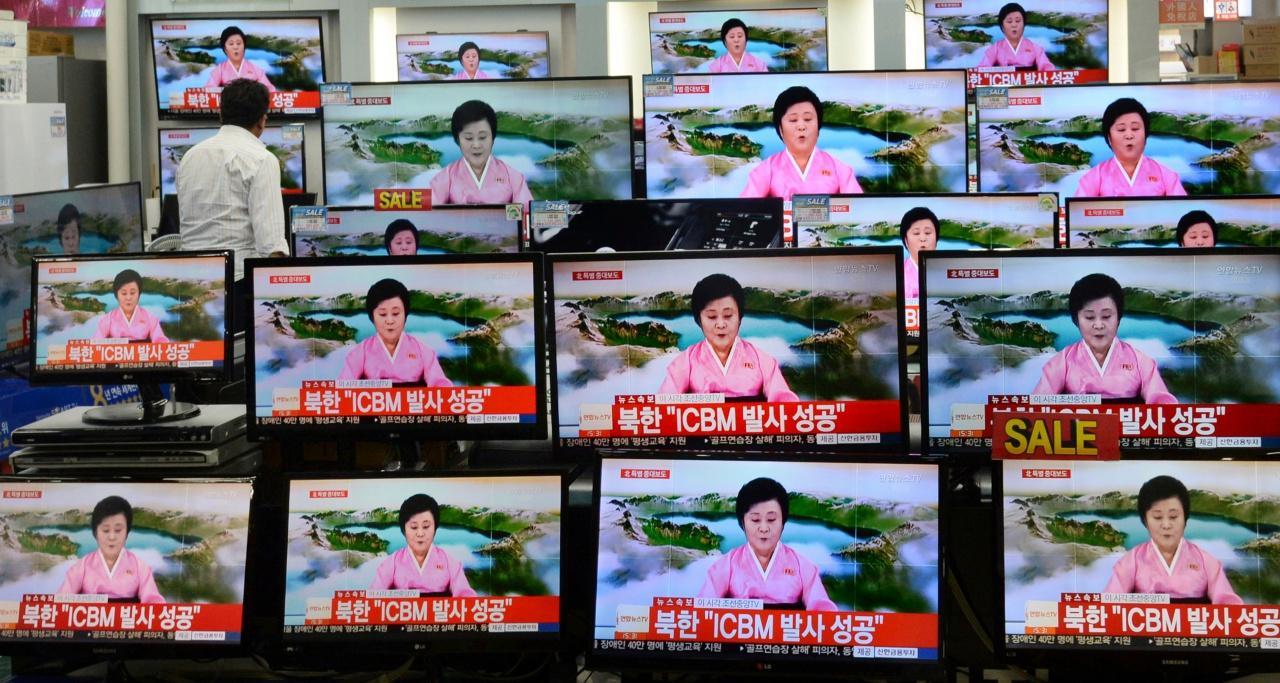 ผู้สื่อข่าวหญิงของเกาหลีเหนือ ประกาศความสำเร็จในการทดสอบยิงขีปนาวุธข้ามทวีปครั้งแรกของประเทศ