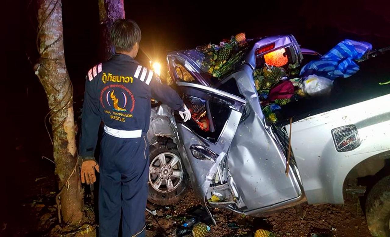 อุบัติเหตุรถกระบะชนต้นไม้ริมถนน หมายเลข 212 สายธาตุพนม-มุกดาหาร ฝั่งถนนมุ่งหน้าไปยัง จ.มุกดาหาร