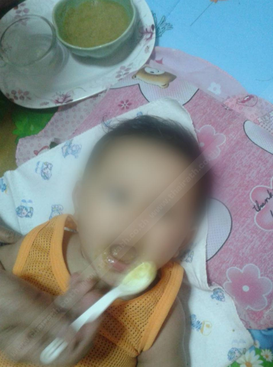 พ่อแม่ป้อนกล้วยบดให้เด็กน้อย
