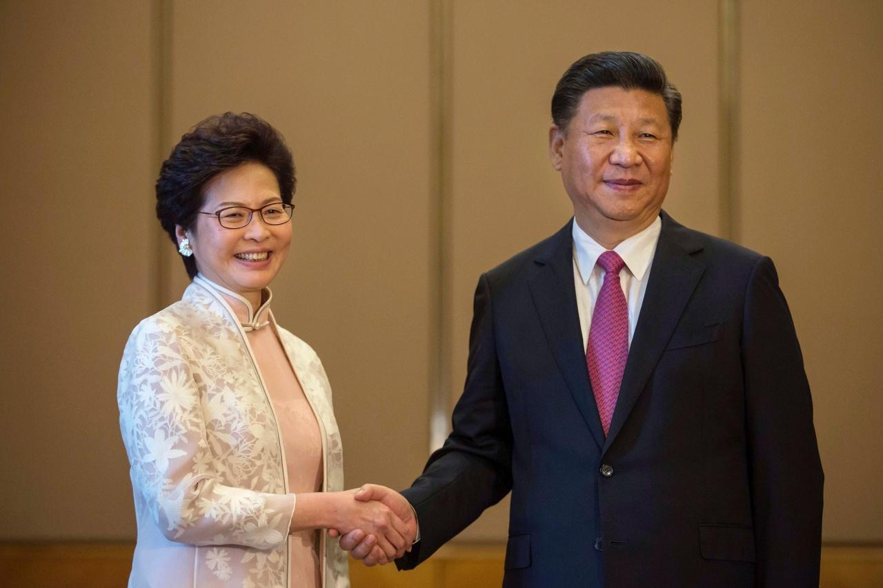 แคร์รี แลม ผู้บริหารสูงสุดเกาะฮ่องกงคนใหม่ และประธานาธิบดีสี จิ้นผิง ของจีน