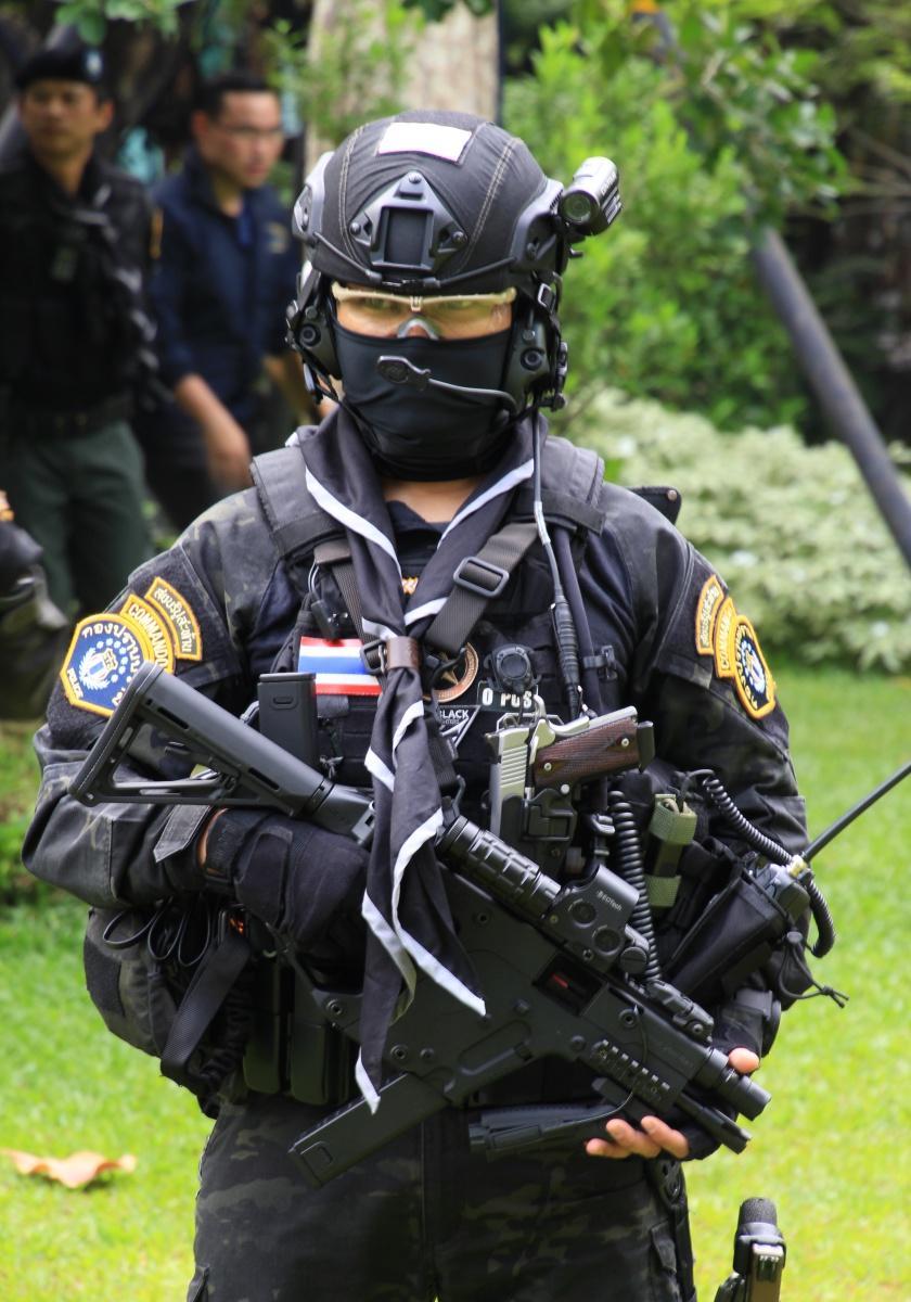 ตำรวจคอมมานโดไทย พร้อมปืนกลมือมือ เวคเตอร์ ขนาด 9 มม. และอาวุธสำรอง ปืนพก .45 ที่ให้อำนาจการหยุดยั้งสูง