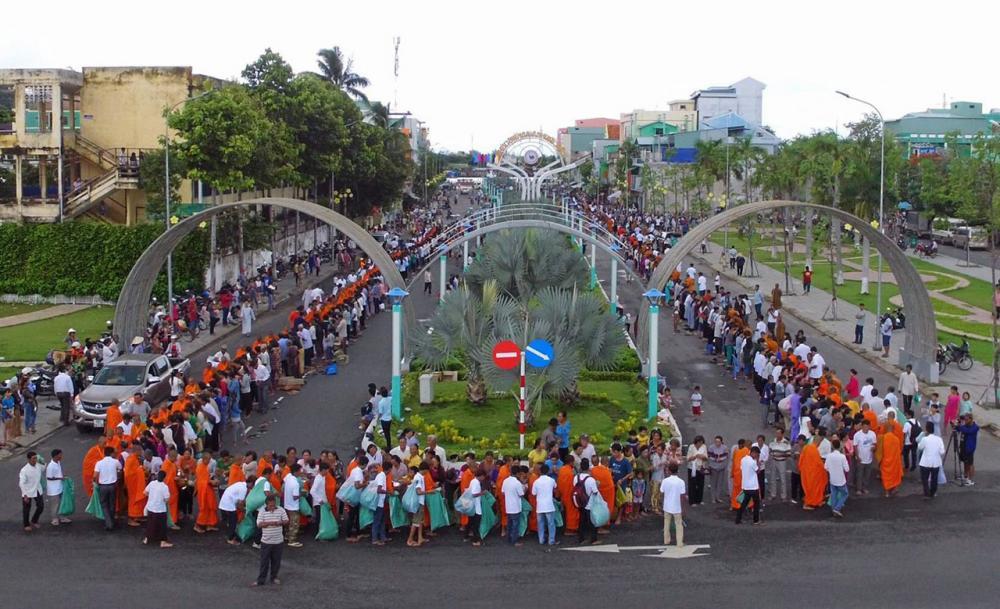 รัฐบาลเวียดนาม ให้ปิดถนนเมืองฮาเตียนครั้งแรกของประเทศ เพื่อให้พระธรรมทูต 5 ประเทศ ออกรับบิณฑบาตจากชาวเวียดนาม.