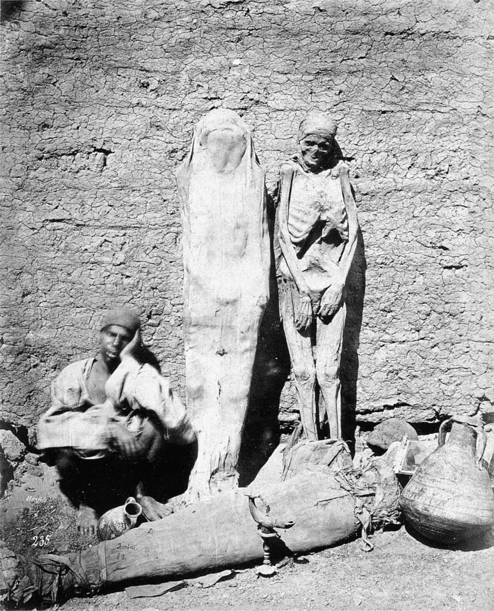 พ่อค้านั่งขายมัมมี่ตามท้องถนนในช่วงปี ค.ศ.1875.