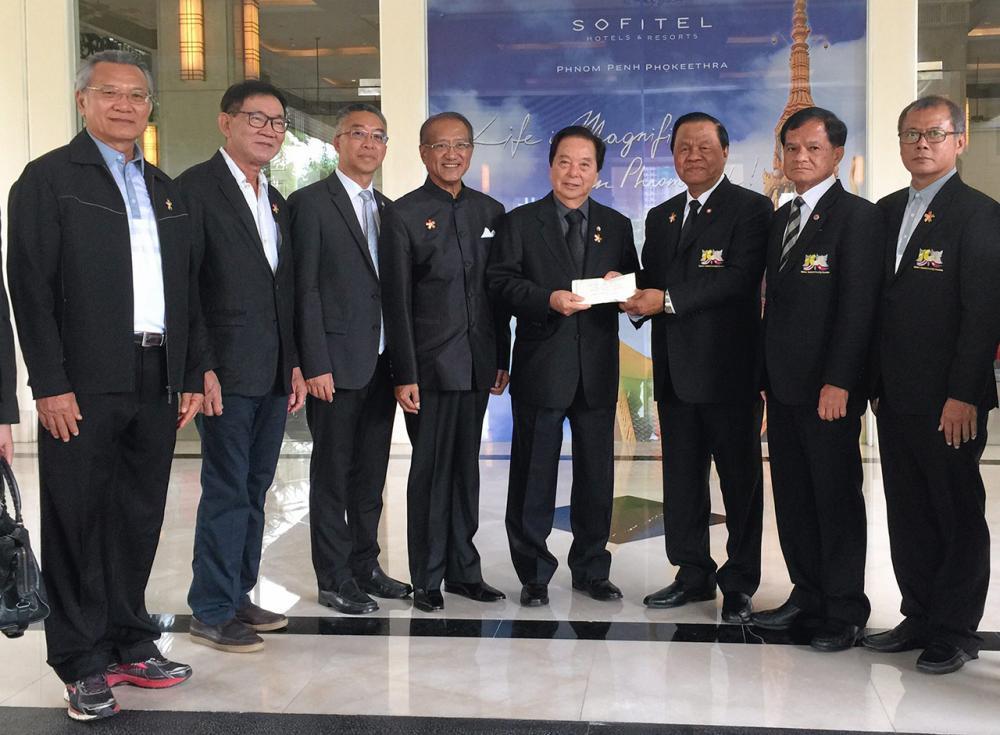 """สนับสนุน พล.อ.วิชิต ยาทิพย์ นายกสมาคมมิตรภาพไทย-กัมพูชา มอบเงิน 100,000 บาท แก่ วินัย วีระภุชงค์ ประธานมูลนิธิวีระภุชงค์ สนับสนุนโครงการ """"ธรรมยาตรา 5 แผ่นดิน ตามรอยพระอริยสงฆ์ลุ่มน้ำโขง"""" ที่กรุงพนมเปญ."""
