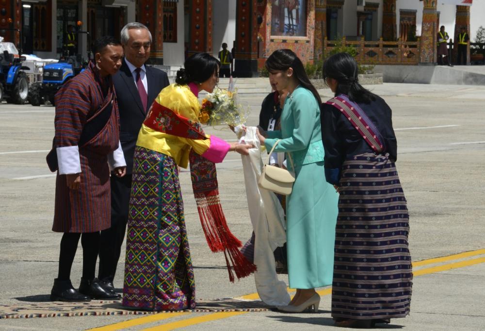 เจ้าหญิงยูเฟลมาทรงมอบดอกไม้และผ้าฝ้ายแก่เจ้าหญิงมาโกะ