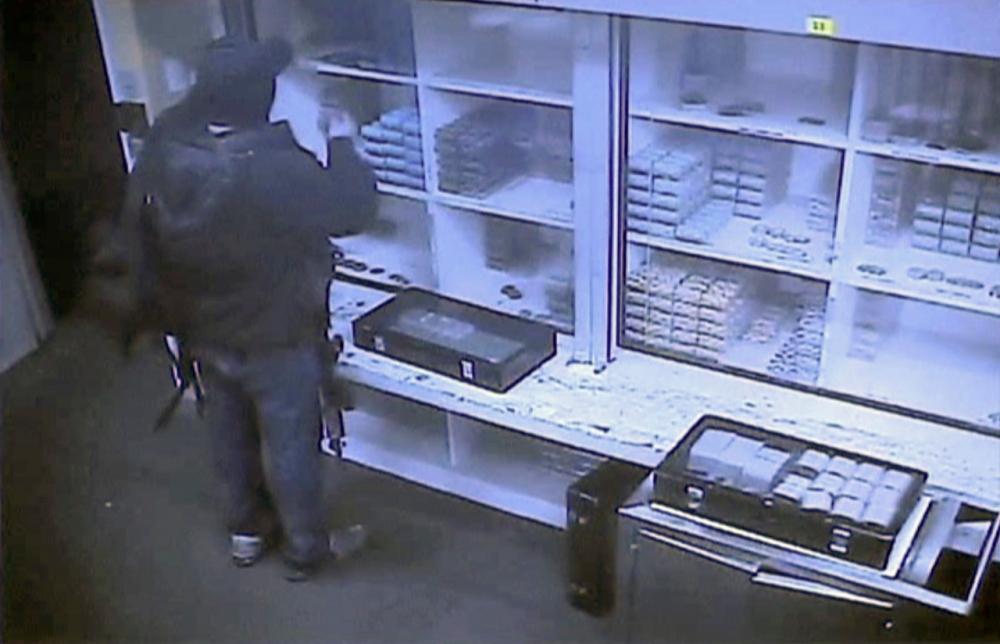 ภาพจากกล้องวงจรปิดซึ่งเผยแพร่โดยตำรวจฟิลิปปินส์ แสดงให้เห็นมือปืนกำลังขโมยชิพกาสิโน