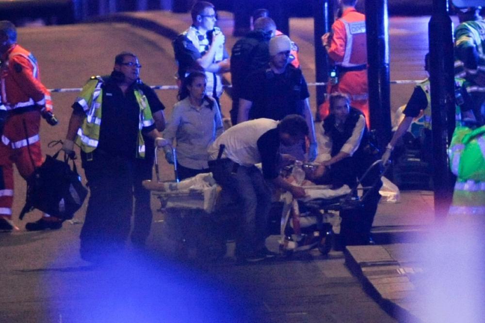 เจ้าหน้าที่กำลังขนย้านผู้บาดเจ็บขึ้นรถพยาบาล