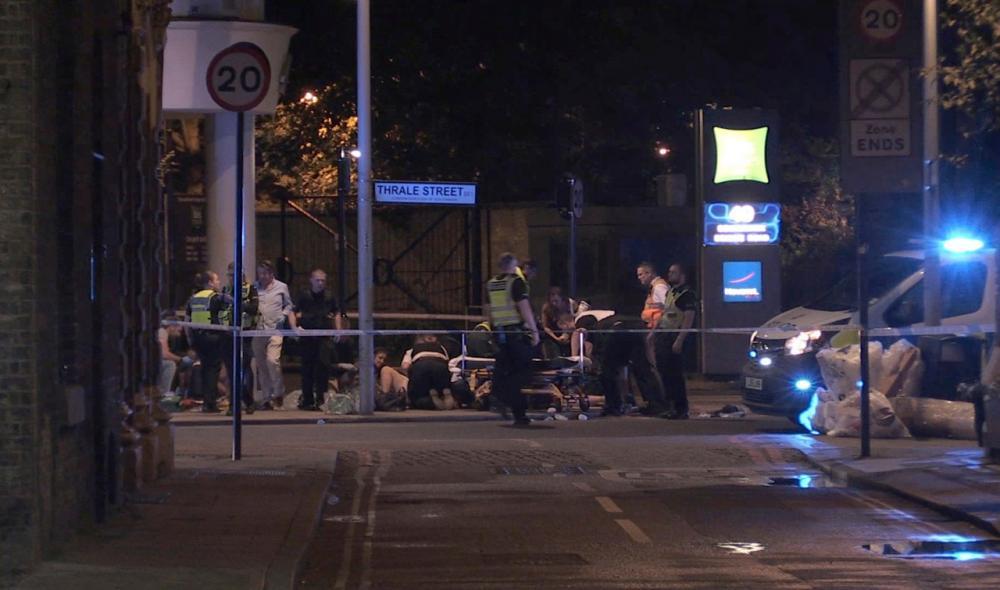 เจ้าหน้าที่กำลังปฐมพยาบาลผู้บาดเจ็บบนถนนใกล้สะพานลอนดอน