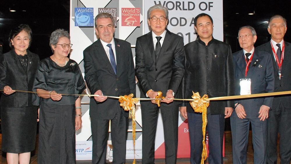 """โลกอาหาร ดร.สมคิด จาตุศรีพิทักษ์ รองนายกรัฐมนตรี เปิด """"THAIFEXWorld of Food Asia 2017"""" งานแสดงสินค้าอาหารและเครื่องดื่มของไทย จัดถึง 4 มิ.ย. โดยมี อภิรดี ตันตราภรณ์, กลินท์ สารสิน และ มาลี โชคล้ำเลิศ มาร่วมงานด้วย ที่อิมแพ็ค เมืองทองธานี วันก่อน."""