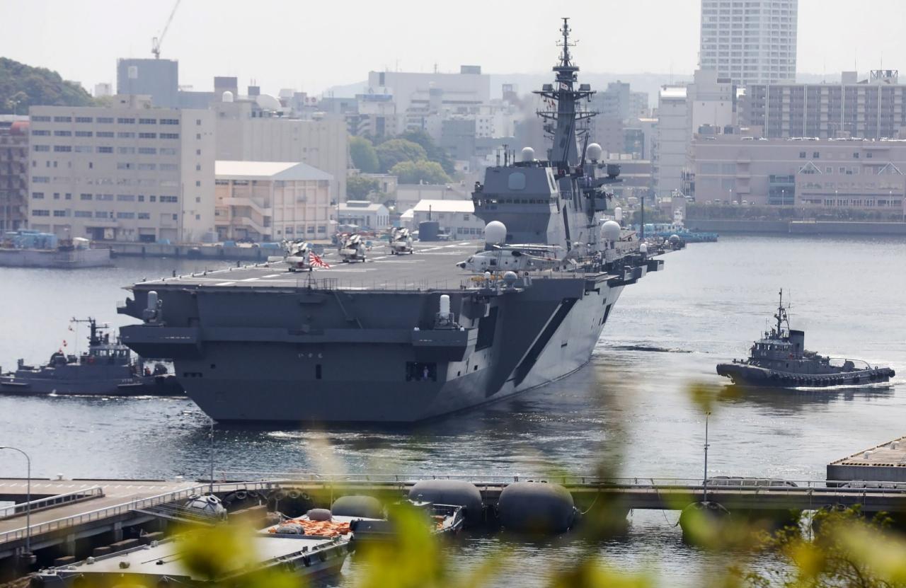 เรือบรรทุกเฮลิคอปเตอร์ 'อิซุโมะ' ของญี่ปุ่นกำลังออกจากฐานทัพโยโกสุกะ ในจังหวัดคานากาวะ เพื่อไปสมทบกับเรือบรรทุกเครื่องบิน ยูเอสเอส คาร์ล วินสัน ของสหรัฐฯ