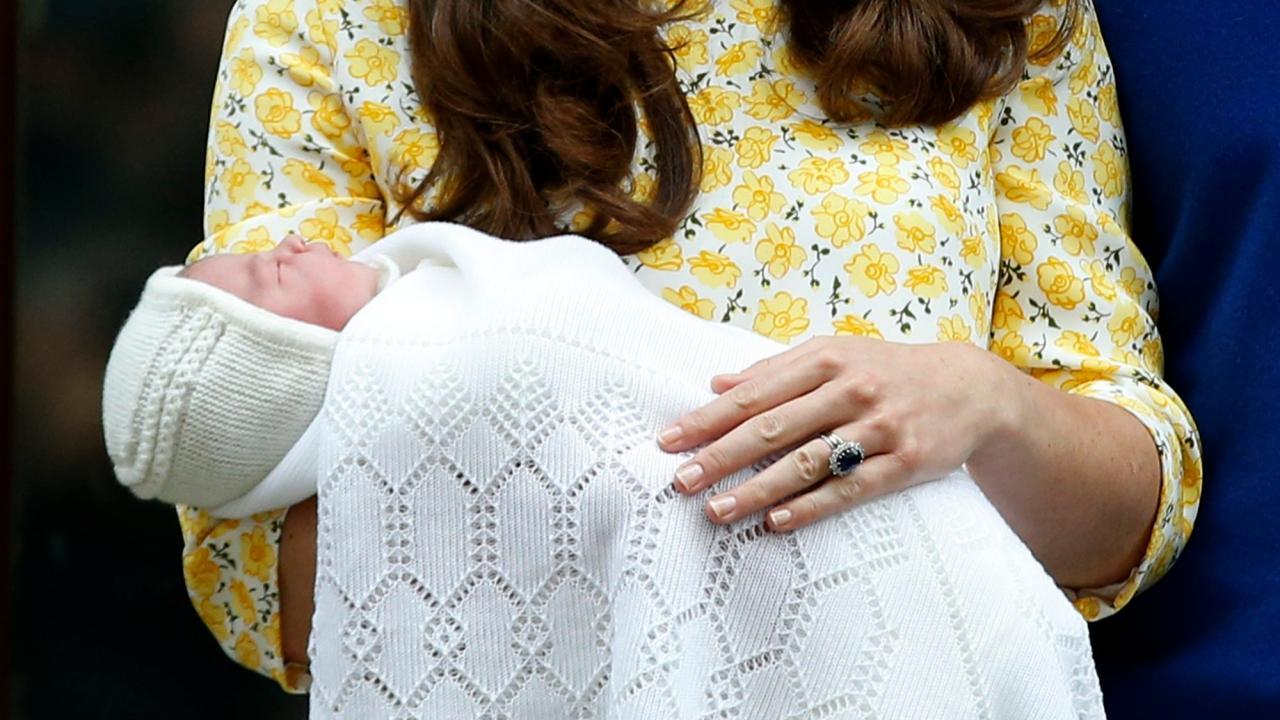เจ้าหญิงแคทเธอรีนทรงอุ้มเจ้าหญิงชาร์ลออต์  เสด็จออกจากโรงพยาบาลเซนต์ แมร์รี่  หลังทรงพระประสูติกาลเมื่อ2พ.ค.58