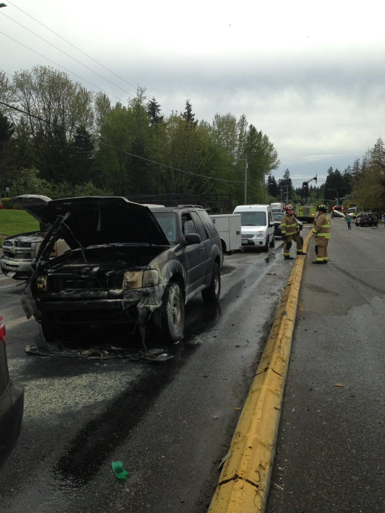 รถยนต์หลายคันถูกไฟไหม้ (ภาพจาก twitter / @MukilteoPolice)