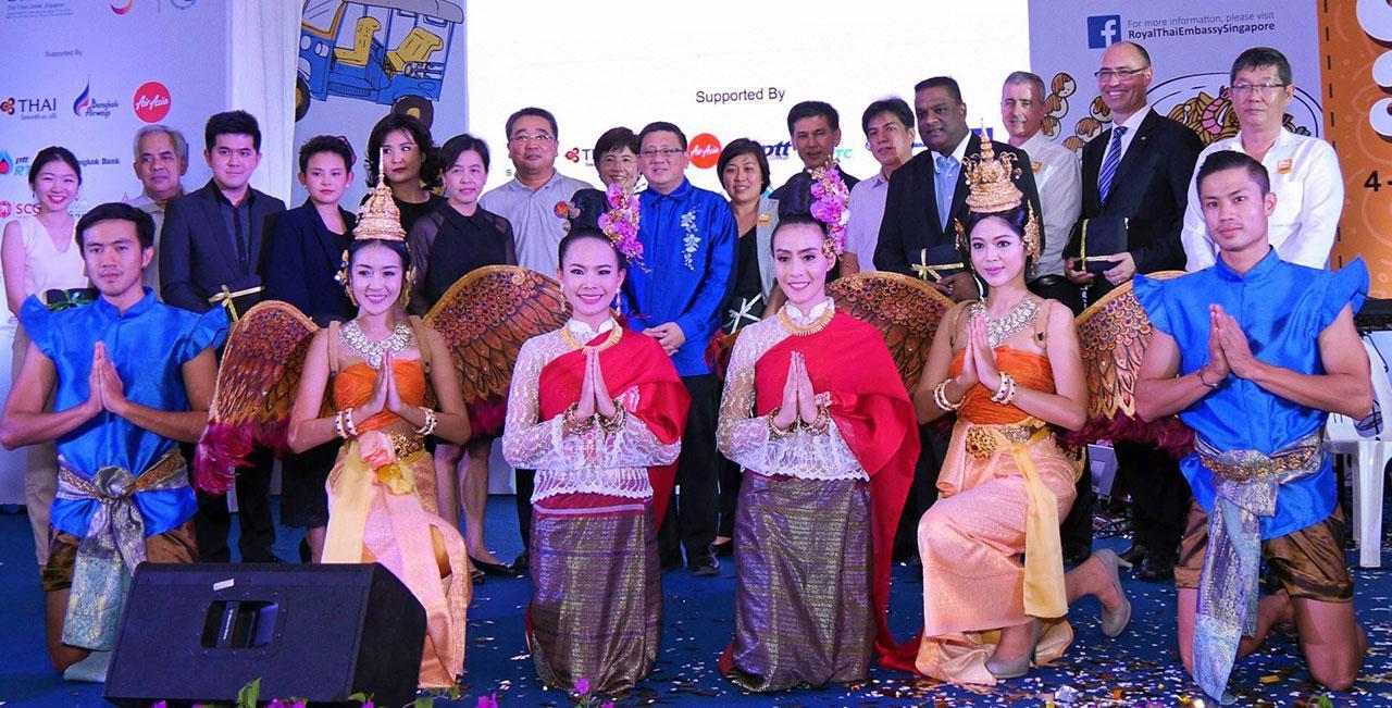 """นายธงชัย ชาสวัสดิ์ และ นายปีเตอร์ ตัน ร่วมถ่ายภาพกับตัวแทนผู้ให้การสนับสนุนการจัดงาน """"เทศกาลไทย 2560"""" (Thai Festival 2017) อย่างยิ่งใหญ่อีกปี."""