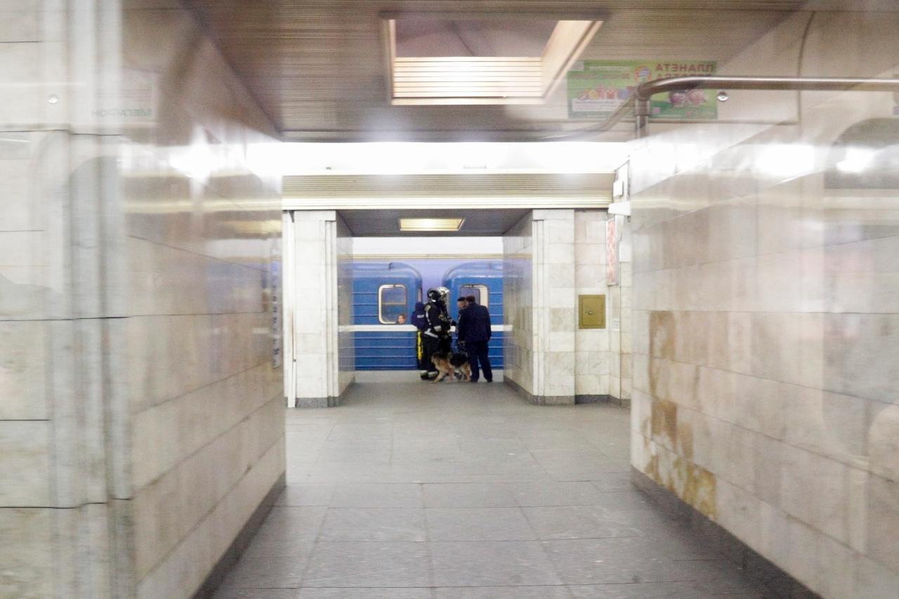 รถไฟใต้ดินวิ่งผ่านสถานีเซนนายา ในนครเซนต์ปีเตอร์สเบิร์ก เมื่อ 4 เม.ย. ซึ่งยังปิดให้บริการ หลังเหตุระเบิด