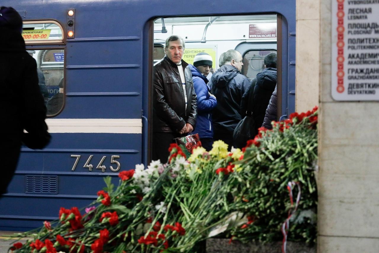 ชาวรัสเซียยังคงนำดอกไม้ไว้อาลัยมาวางไว้บนชานชาลาของสถานีรถไฟใต้ดิน เทคโนโลจิเชสกี อินสติจูด ในนครเซนต์ปีเตอร์สเบิร์ก