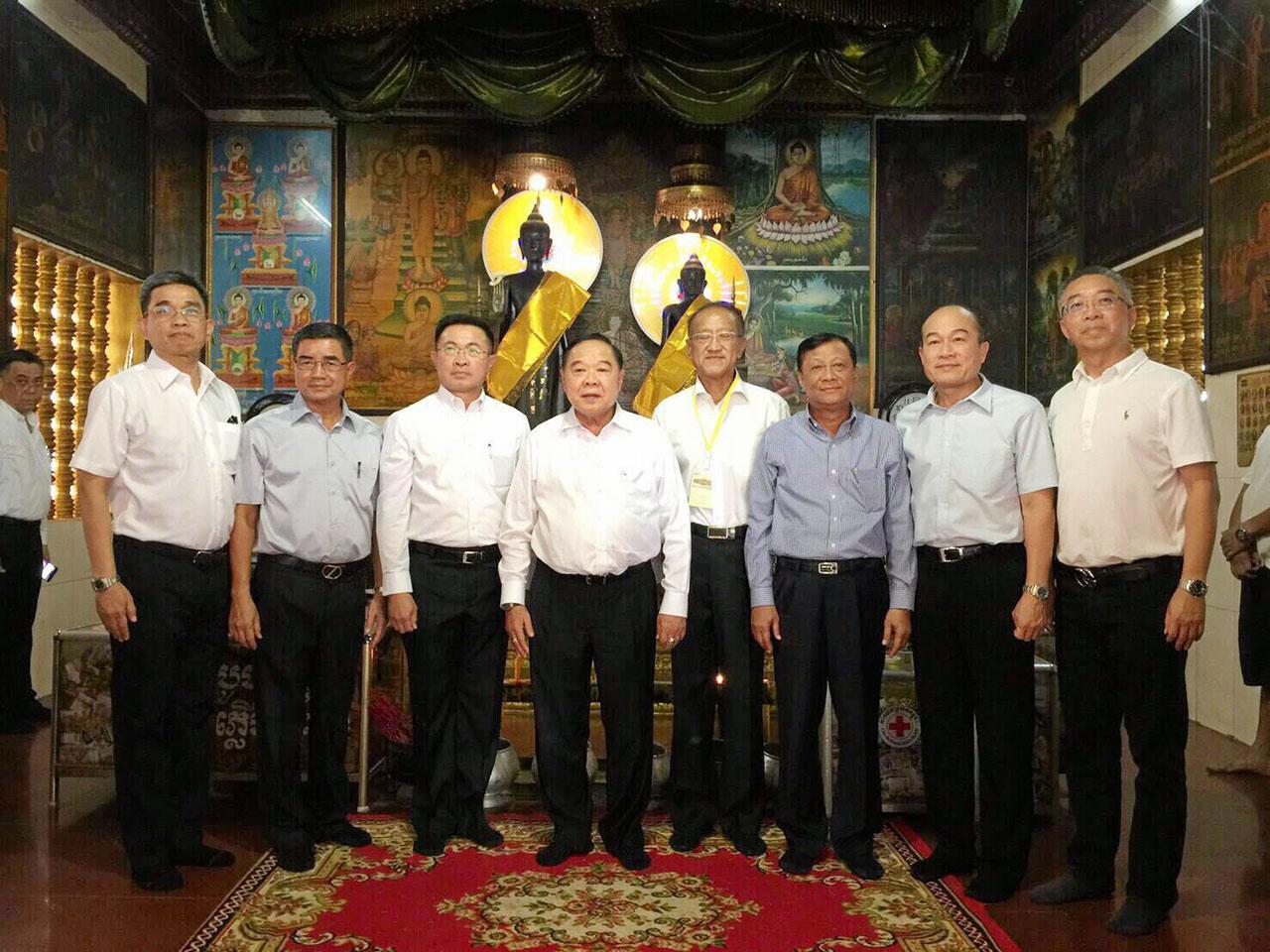 สักการะ พล.อ.ประวิตร วงษ์สุวรรณ รองนายกรัฐมนตรี และ รมว.กลาโหม ไปสักการะพระองค์เจกและพระองค์จอม ในการเยือนเมียนมา มี พล.อ.เนียง พาด รมช.กลาโหม กัมพูชา, ณัฏฐวุฒิ โพธิสาโร ร่วมต้อนรับ.