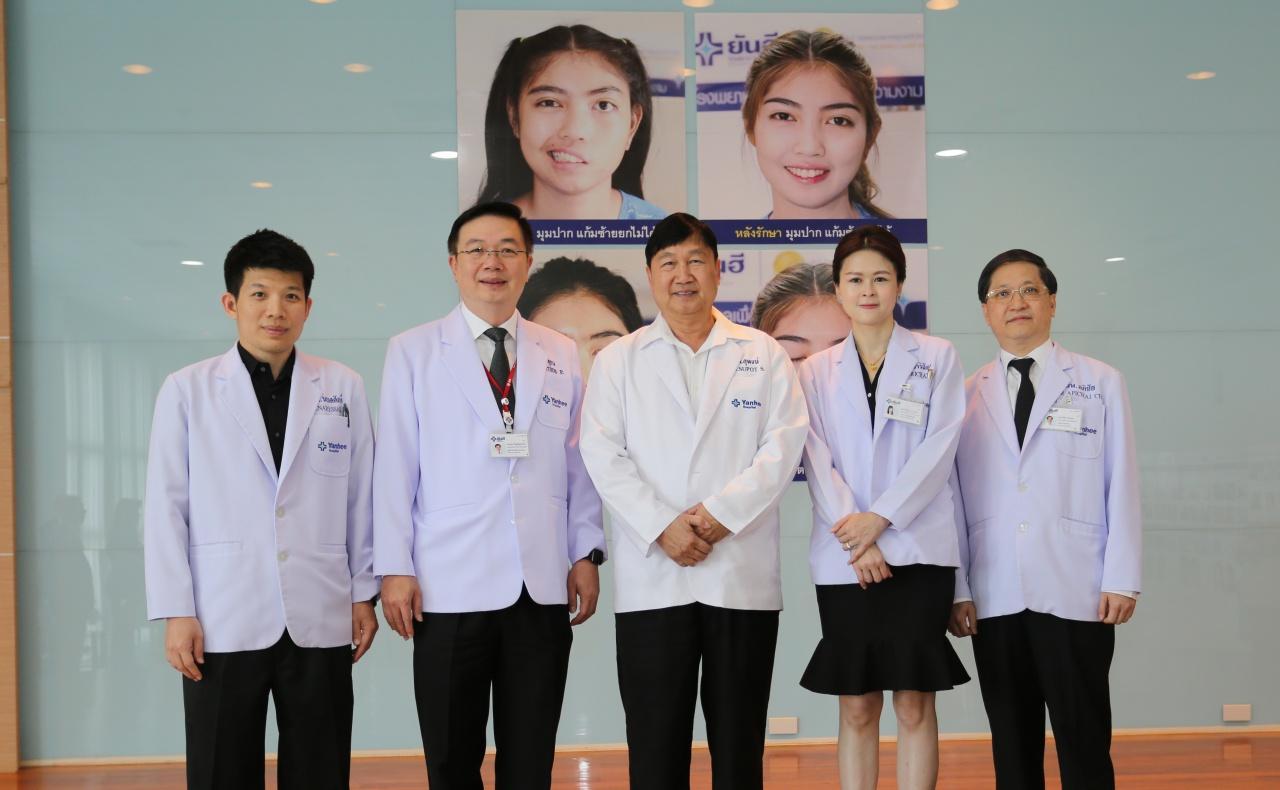 นพ. สุพจน์ สัมฤทธิวณิชชา CEO รพ.ยันฮี (คนกลาง) กับทีมแพทย์ผู้เชี่ยวชาญ ทั้ง 4 สาขา