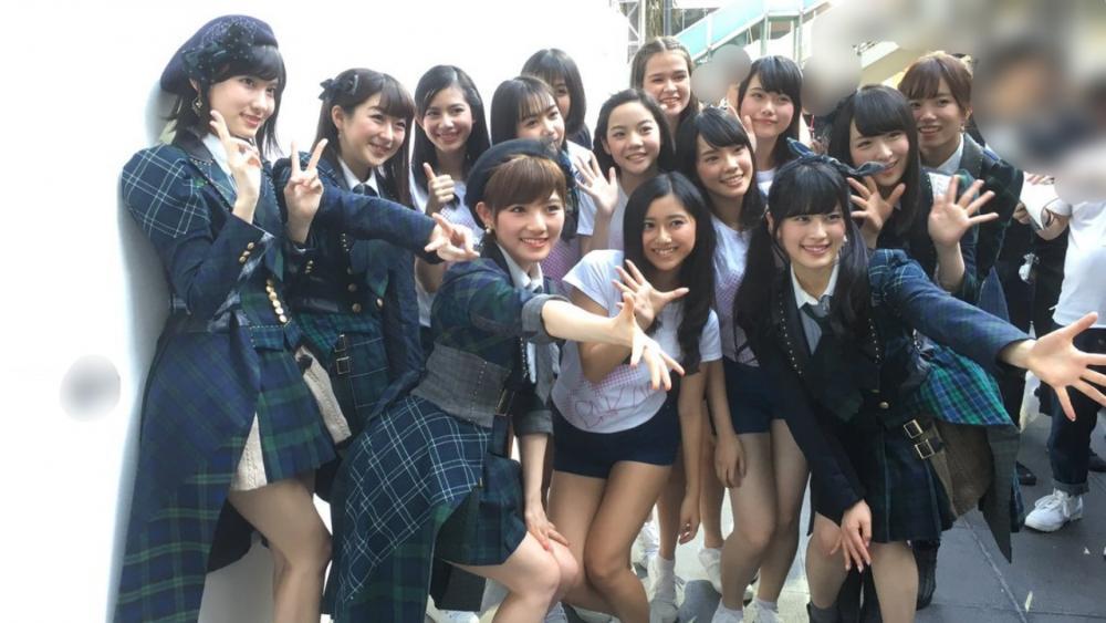 อิสึตะกับเพื่อนๆ วง AKB48 ถ่ายกับน้องๆวง BNK48 ตอนเดินทางมายังประเทศไทย ภาพจากทวิตเตอร์ อิสึตะ รินะ @izuketsu_deen