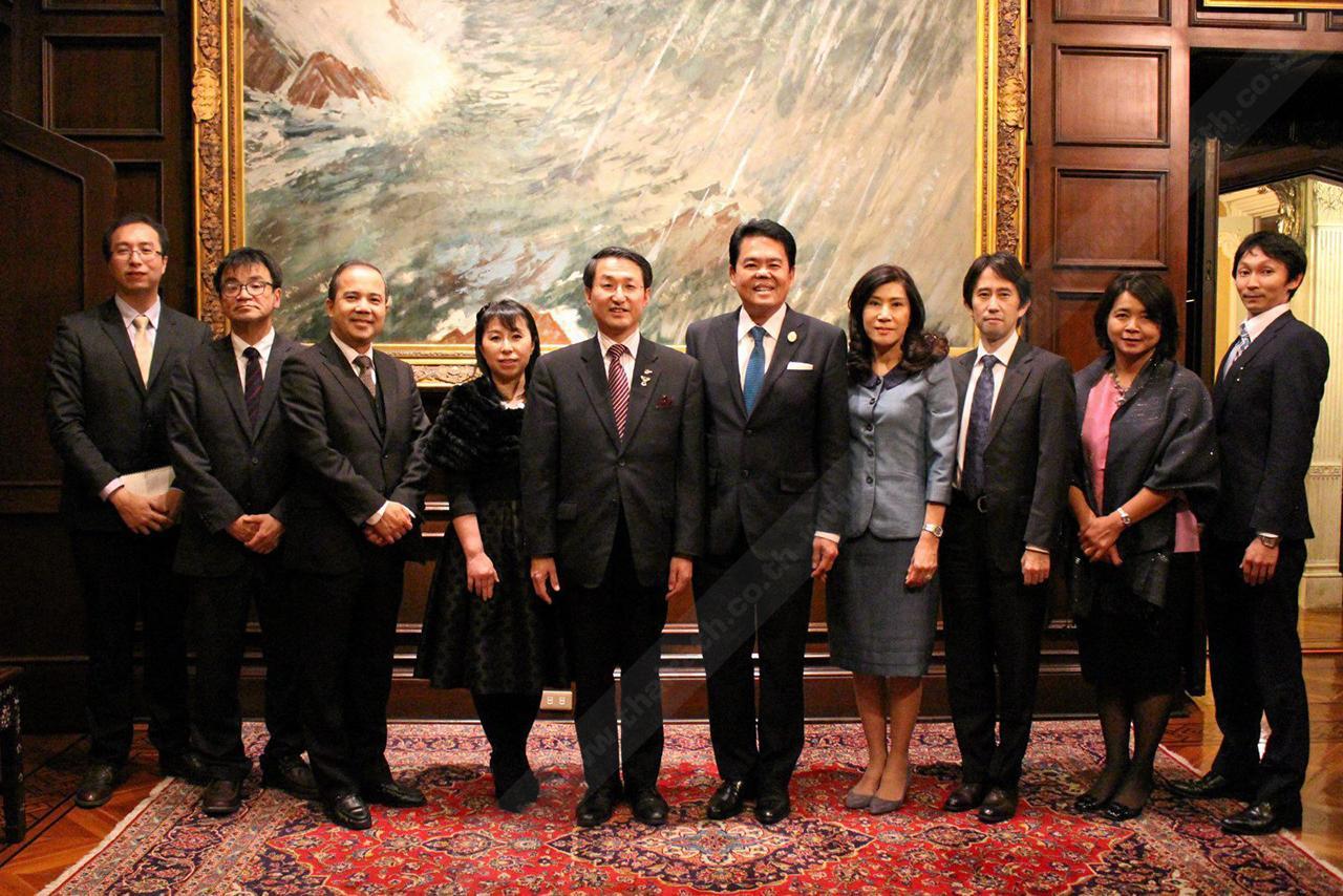 ต้อนรับอบอุ่น ธนาธิป อุปัติศฤงค์ ออท. ณ กรุงโตเกียว ญี่ปุ่น และ มนต์ทิพย์ ภริยา เป็นเจ้าภาพเลี้ยงอาหารค่ำแก่ ชินจิ ฮิไร ผู้ว่าราชการจังหวัดโทะโทริ ในโอกาสร่วมหารือกันเกี่ยวกับการลงทุนของญี่ปุ่นในไทย ที่ทำเนียบทูต.