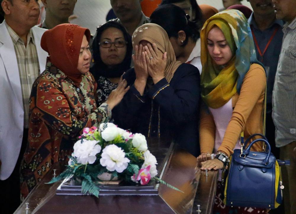 ครอบครัวมารับศพของ  ฮายาติ ลุคเฟียห์ ฮามิด ผู้เสียชีวิตรายแรกที่พิสูจน์อัตตลักษณ์บุคคลเรียบร้อยแล้ว